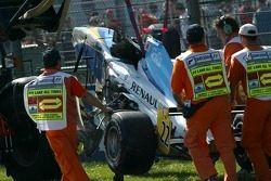 La voiture de Lucas Di Grassi est nettoyée sur la piste