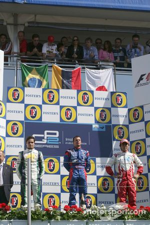 Podium: le vainqueur de la course Ernesto Viso avec Nelson A. Piquet et Hiroki Yoshimoto