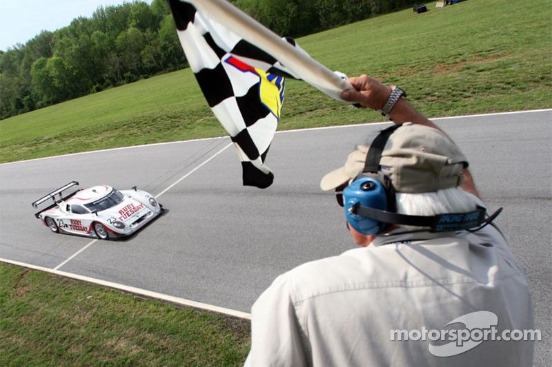 #23 Alex Job Racing/ Emory Motorsports Porsche Crawford: Mike Rockenfeller, Patrick Long passe la ligne d'arrivée