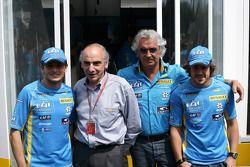 Giancarlo Fisichella, Flavio Briatore et Fernando Alonso posent avec le nouveau manager de Renault Alain Desos