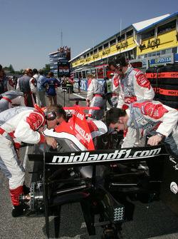 Midland F1 Racing takım elemanları gridde