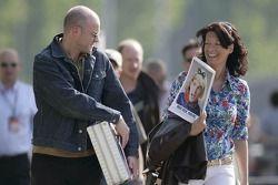 La journaliste Tanja Bauer avec le Red Bulletin
