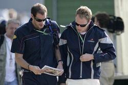 L'entraîneur personnel Simon Fitchett et le pilote d'essai Robert Doornbos avec le Red Bulletin