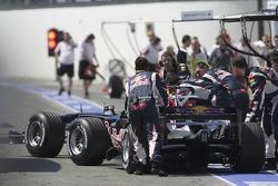 Les voitures de David Coulthard et Christian Klien retournent au garage