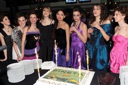 Des jeunes femmes de la Formule avec un gâteau spécial Red Bull