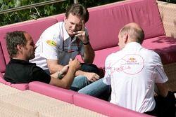 Gerhard Berger, Christian Horner et Adrian Newey dans la station de Red Bull Energy