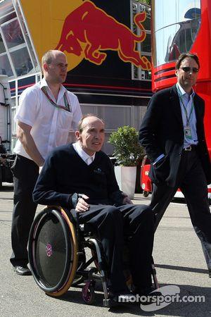 Frank Williams devant la station de Red Bull Energy