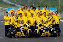 Séance photos: Colin Edwards et Valentino Rossi posent avec l'équipe Camel Yamaha