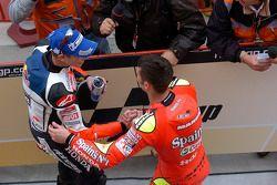 Le vainqueur Marco Melandri avec Casey Stoner