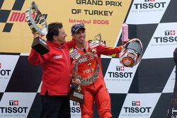 Podium: le vainqueur Marco Melandri avec Fausto Gresini