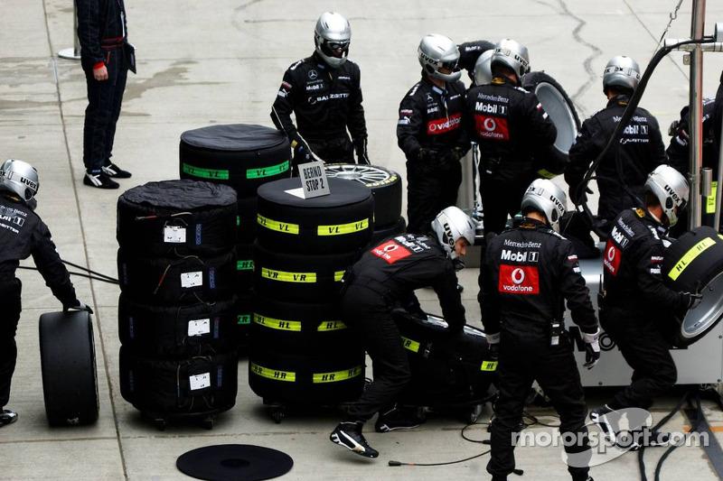 Des membres de l'équipe AMG-Mercedes se tiennent prêts