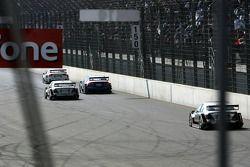 Tom Kristensen, Jamie Green et Mika Häkkinen dépassent Mattias Ekström à deux tours de la fin et alors qu'il manque de carburant