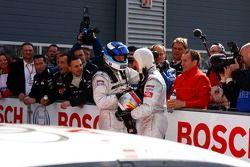 Le vainqueur de la course Bernd Schneider félicité par Mika Häkkinen