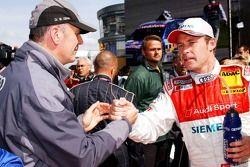 Dr. Wolfgang Ullrich serre la main de Tom Kristensen