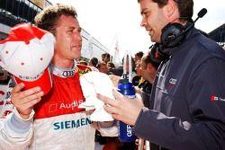 Tom Kristensen parle avec l'ingénieur d'Audi