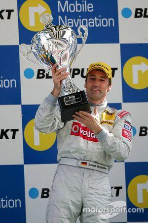Podium: le vainqueur de la course Bernd Schneider