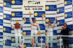 Podium: le vainqueur de la course Bernd Schneider avec Tom Kristensen, Mika Häkkinen et Hans-Jürgen