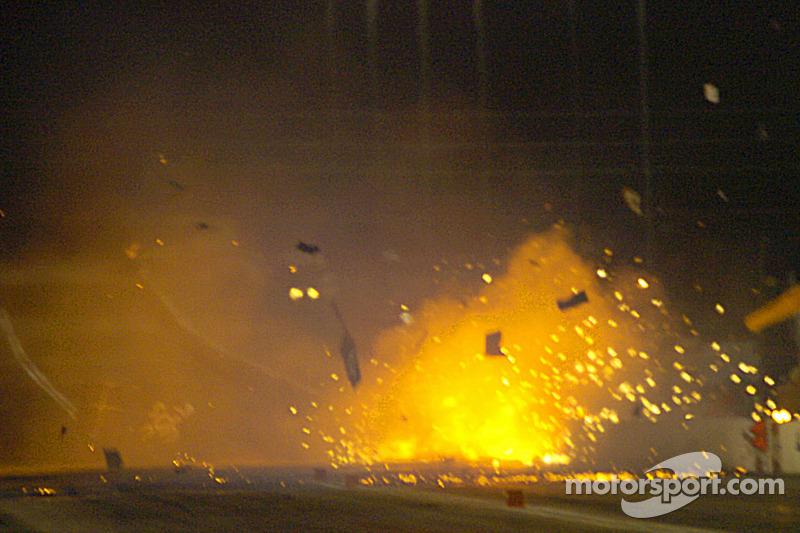 Des pièces de la voiture de Cory volent partout alors que Cory sort de la voiture sans dégât