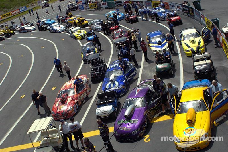 Les voitures Pro Stock s'alignent dans l'organisation
