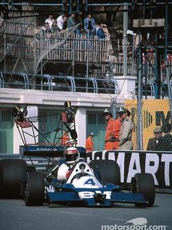 Jackie Stewart maneja el Tyrrell 008 cámara en el auto