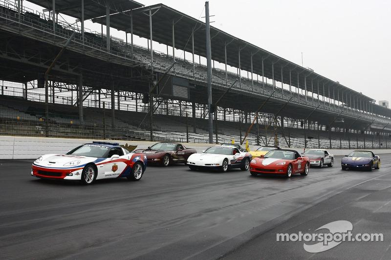 La voiture de chauffe Chevrolet Corvette Z06 devant des voitures de chauffe de Indianapolis 500 Corv