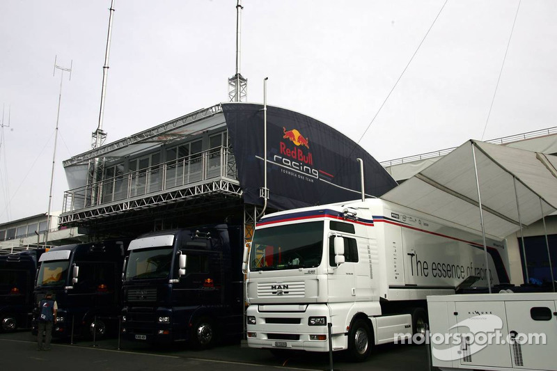 Equipe BMW Sauber et les camions Red Bull Racing