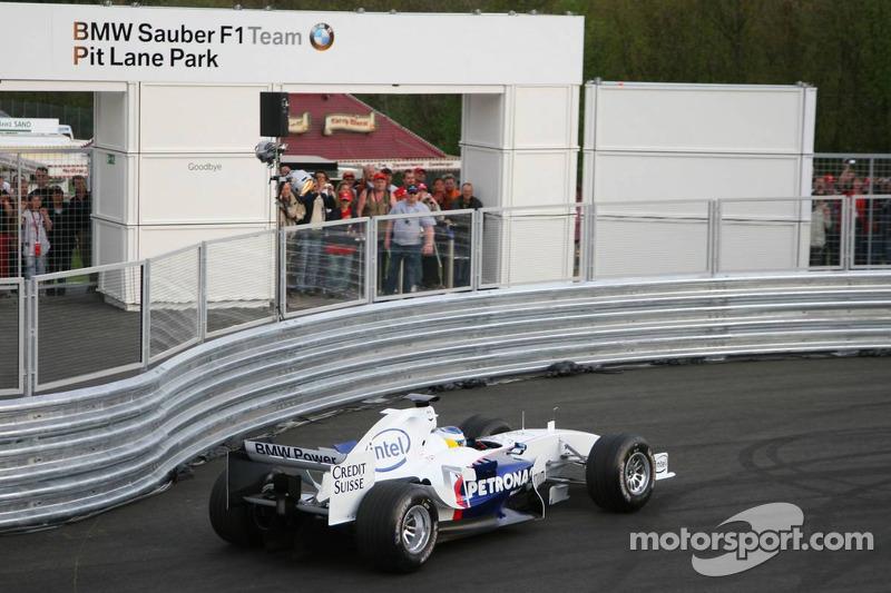 Visit, BMW Sauber F1 team Pitlane Park: Nick Heidfeld takes otomobil out, yeni BMW Pit Lane Park