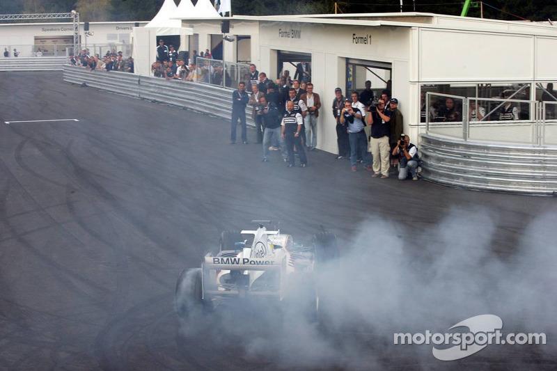 Visite du stand de l'équipe BMW Sauber: Nick Heidfeld sort la voiture du stand