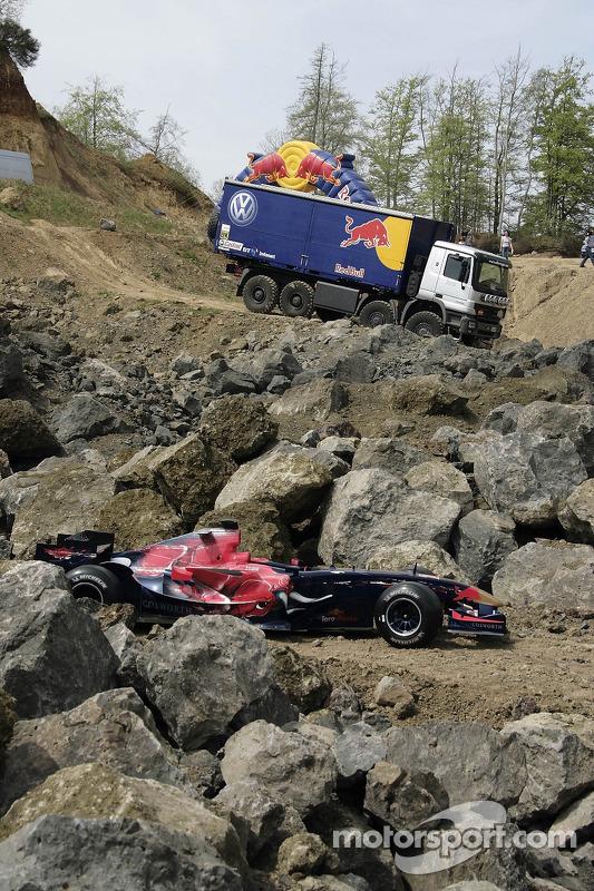 Red Bull: une monoplace Scuderia Toro Rosso et un camion Red Bull