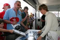 Sebastian Vettel firma autógrafos