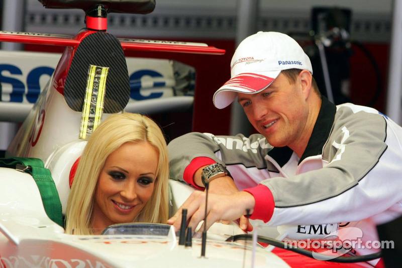 Cora Schumacher est instruit par Ralf Schumacher dans la voiture Toyota