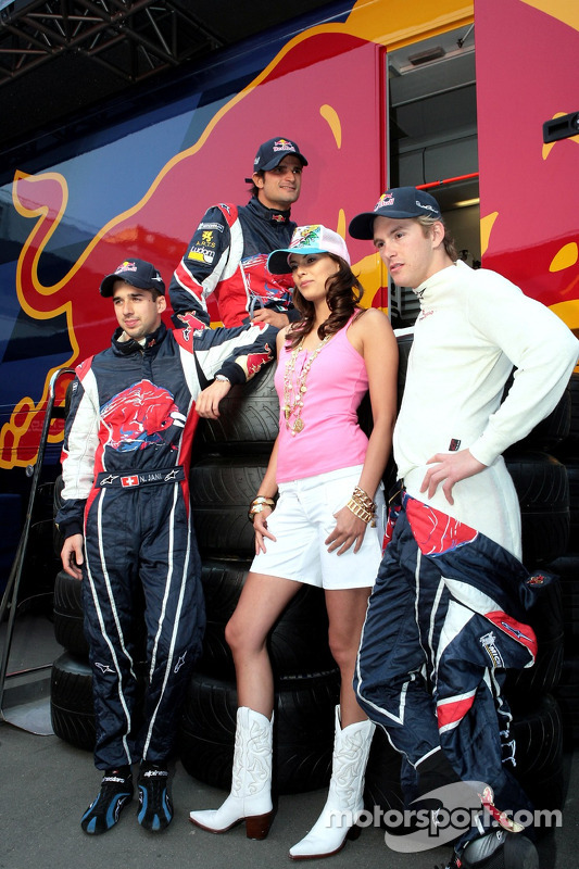 Neel Jani, Vitantonio Liuzzi et Scott Speed avec une jeune femme de la Formule 1