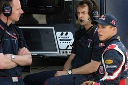 Race engineer Mark Hutcheson, race engineer Ciaron Pilbeam and Christian Klien at the pit gantry