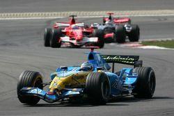 Fernando Alonso devant Felipe Massa