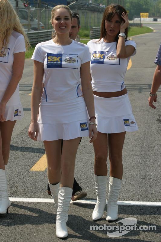 Des jeunes femmes dans les stands
