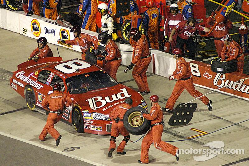 Dale Earnhardt Jr. Prend des nouveaux pneux et se ravitaille