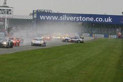 Départ: accident de la #33 Race Alliance Aston Martin DBR9: Karl Wendlinger, Philipp Peter et #32 Ra