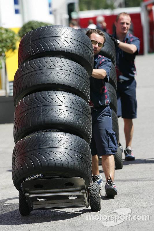 Les mécaniciens Toro Rosso avec les pneus Michelin