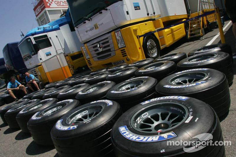 L'équipe Renault F1 prépare les pneus Michelin