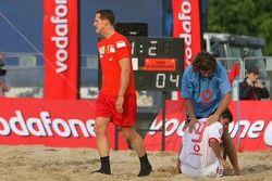 Vodafone Ferrari Beach Soccer Challenge: Michael Schumacher répond à un joueur blessé