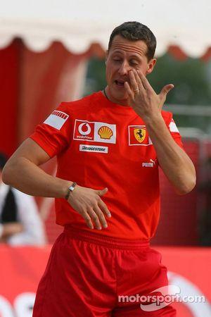 Vodafone Ferrari Beach Soccer Challenge: Michael Schumacher frotte son œil