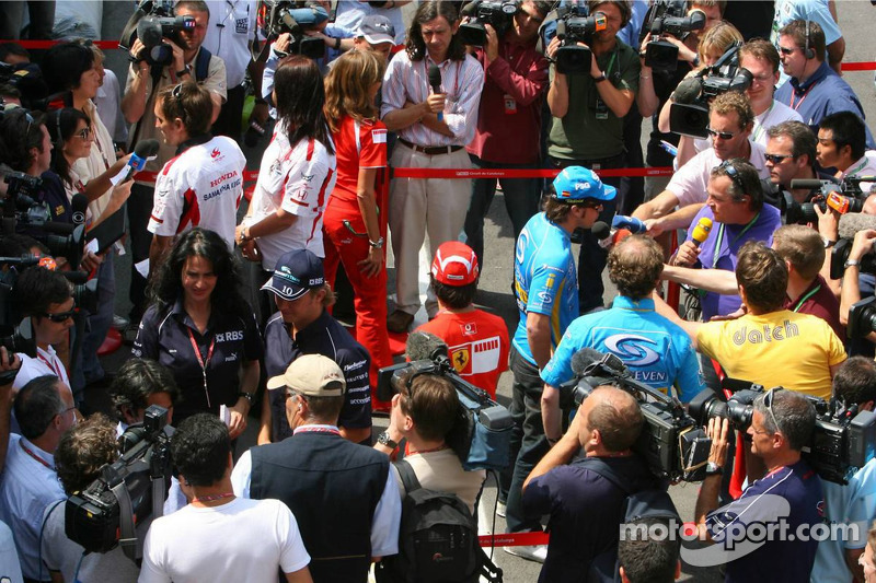 Les pilotes de Formule 1 parlent avec les médias