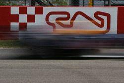 Une voiture en action sur le circuit de Catalogne