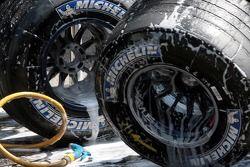 L'équipe Scuderia Toro Rosso nettoie les pneus Michelin
