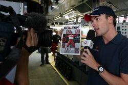 Robert Doornbos avec une équipe de télévision néerlandaise de Red Bulletin