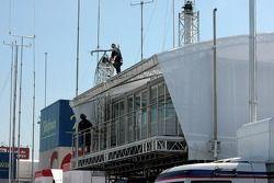 Des membres de l'équipe Red Bull Racing construisent leur maison dans le paddock