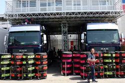 Pneus Michelin devant les camions de Red Bull Racing