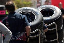 Сотрудник Scuderia Toro Rosso с шинами Michelin