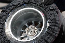 Un pneu Michelin avec une jante Avus