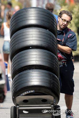 Des membres de la Scuderia Toro Rosso avec des pneus Michelin